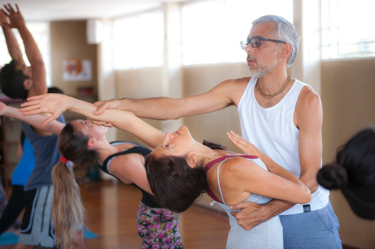 Profesor en clase de yoga